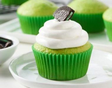 Trang trí thêm whipping cream để món bánh cupcake thêm phần hoàn hảo