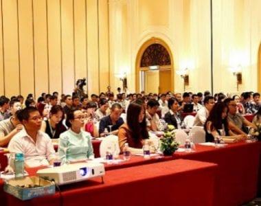 Tổ chức họp báo với đông đảo chuyên gia kinh tế